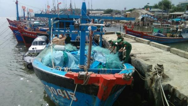 Phát hiện tàu cá bị trộm bỏ ở bờ biển Quảng Ngãi