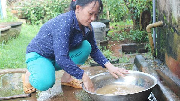 Hàng trăm hộ dân mòn mỏi chờ nước sạch