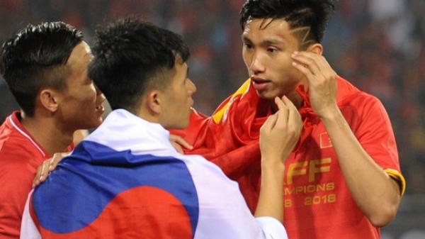"""Vô địch AFF Cup 2018, nhưng hành động này cho thấy Văn Hậu quê Thái Bình vẫn """"mãi mãi"""" tuổi 19 thôi!"""