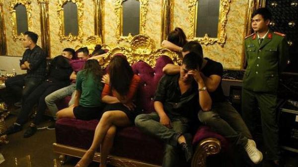 """Vụ cô giáo mở """"đại tiệc"""" m a t úy tại quán karaoke: """"là một người hiền lành, giáo viên giỏi"""""""