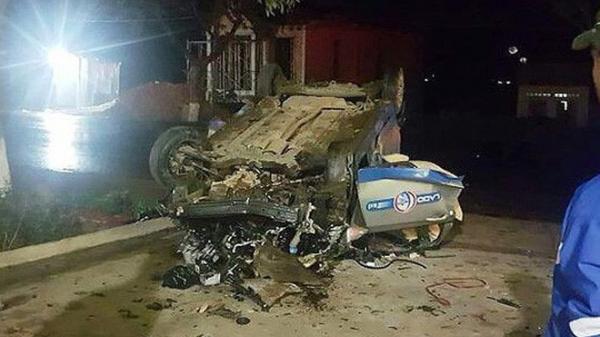 Va chạm kinh hoàng với môtô, xe taxi lật ngửa 7 người th ương vong