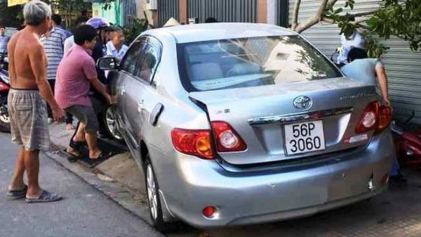 Nữ tài xế bất ngờ lùi ô tô t ông 4 xe máy, nhiều người la hét, hoảng loạn tháo chạy