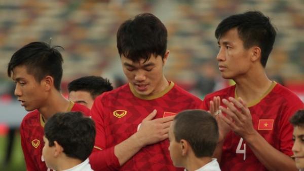 Khoảng khắc Xuân Trường cúi đầu  trước lá quốc kỳ Việt Nam tại Asian Cup 2019 khiến triệu trái tim Việt xúc động