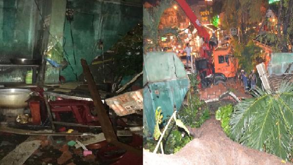 Cây xanh bật gốc đè 4 căn nhà, 2 mẹ con kêu la thảm thiết trong đống đổ nát