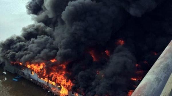 Cận cảnh biển lửa thiêu rụi nhà hàng nổi trên sông Lô ngày mùng 6 Tết