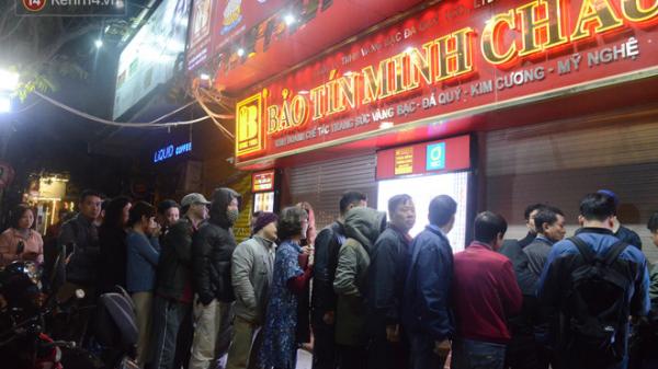 Người dân chen chân, có mặt từ 1 giờ sáng xếp hàng mua vàng ngày vía Thần tài