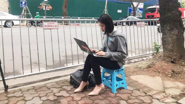 Nữ phóng viên Hàn Quốc tác nghiệp trên vỉa hè gây chú ý vì góc nghiêng quá xuất thần