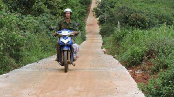 Đắk Nông: Khó tưởng tượng khi giám đốc làm đường giảm nghèo nắn… vô rẫy nhà mình