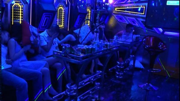 """Đột kích quán karaoke, phát hiện nhóm nam thanh nữ tú quê Bắc Ninh cùng các tỉnh khác mở 'đại tiệc"""" m.a t.úy bay lắc"""