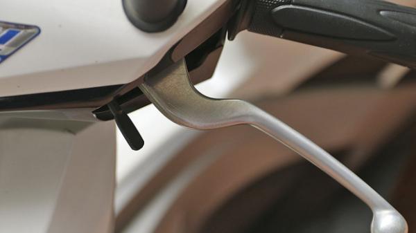 Đi xe tay ga nhưng bạn có biết cái cần gạt màu đen này dùng để làm gì không?