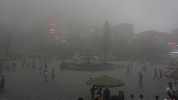 Thị trấn Tam Đảo chìm trong màn sương dịp lễ Giỗ tổ, thu hút hàng trăm du khách thích thú chụp ảnh