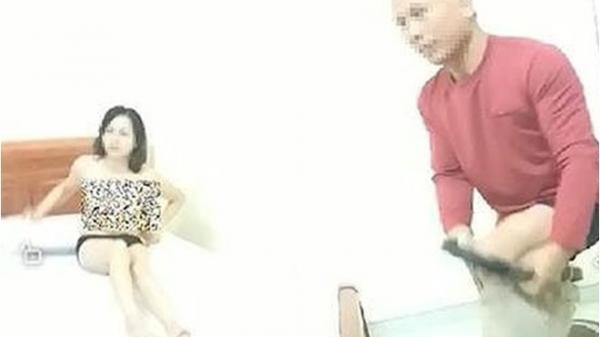 """Thầy giáo bị bắt quả t.ang trong nhà nghỉ với đồng nghiệp phân trần: Lên c.ơn s.ốt, cô giáo """"bảo tôi cởi bỏ quần áo ra để bà ôm cho khỏi rét"""""""