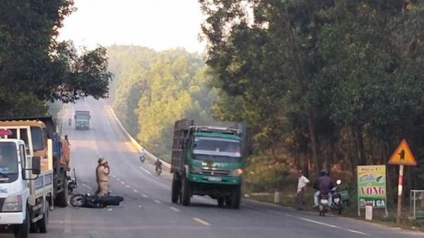 Xe máy đ.âm vào xe tải đỗ bên đường, 2 nam thanh niên tr.ọng th.ương