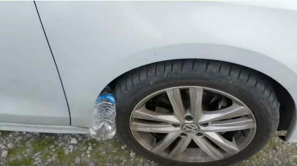 Nếu thấy lốp xe ô tô của bạn có nhét 1 chai nhựa, đừng chạm vào, hãy báo công an ngay