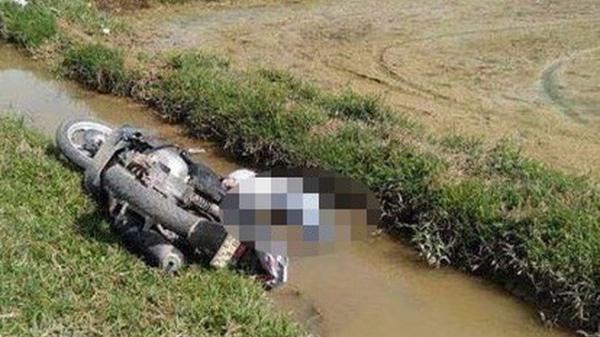 Phát hiện thi thể nam thanh niên bị xe máy đè c.hết dưới mương nước