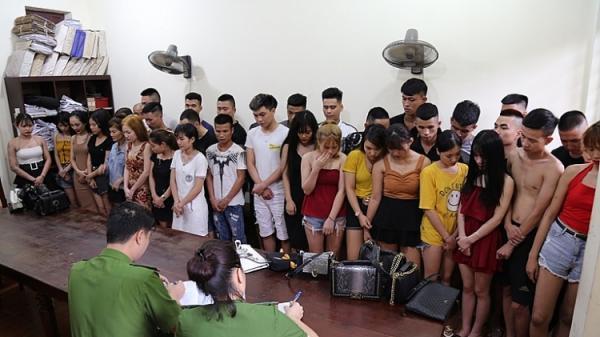 """Bắt trọn ổ nhóm hơn 40 nam thanh nữ tú trong quán karaoke nổi tiếng mở """"đại tiệc"""" m.a t.úy đ.á tưng bừng"""
