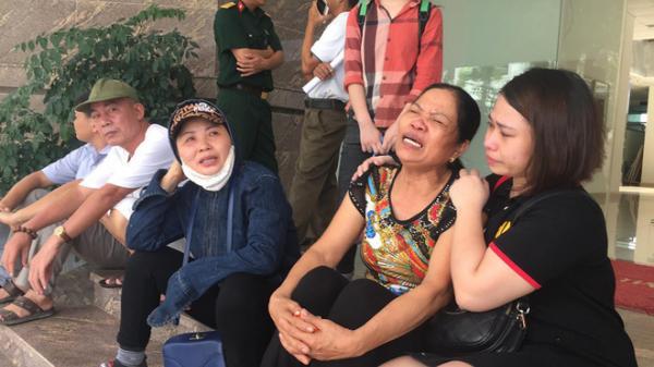 """Bé trai 5 tuổi t.ử v.ong bất thường tại bệnh viện: """"Vào phòng phẫu thuật cháu vẫn ôm siêu nhân, không ngờ lại ra đi đ.ột n.gột như vậy"""""""