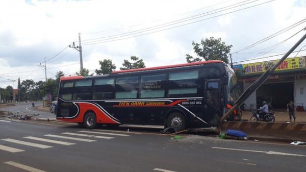 Tây Nguyên: Hàng chục hành khách phá cửa thoát thân khi xe Limousine mất lái ủi bay 15m dải phân cách