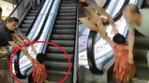 Đi mua sắm, người phụ nữ bị thang cuốn 'nuốt' trọn 2 chân, nhân chứng kể lại chi tiết sự việc khiến ai cũng rùng mình kinh hãi