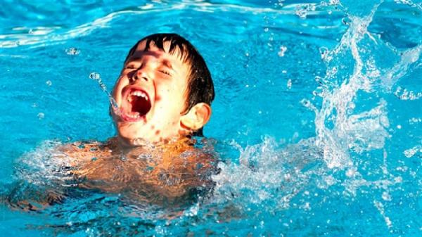 Những dấu hiệu nguy hiểm cha mẹ phải hết sức lưu ý khi trẻ vừa tắm biển xong