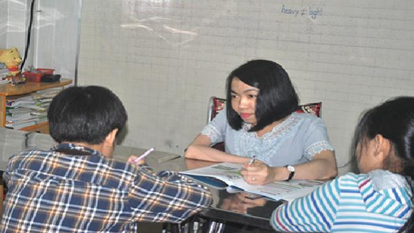 Phóng sự Cô giáo khuyết tật dạy tiếng Anh miễn phí cho học trò nghèo