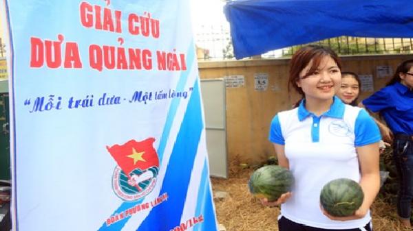 """Nữ sinh xinh đẹp chung tay """"giải cứu"""" dưa hấu Quảng Ngãi"""
