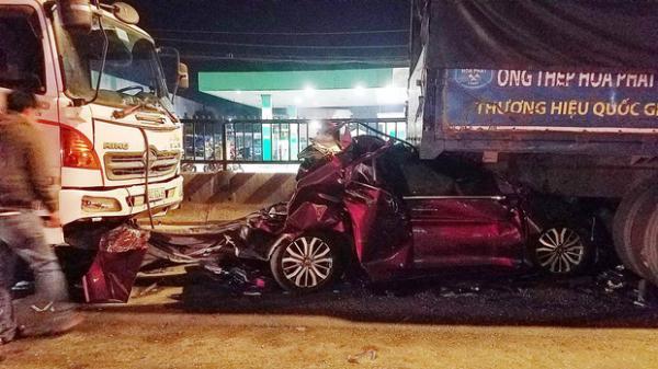 4 người trong gia đình gào khóc kêu cứu khi ô tô bị tô ng vò ná t trên quốc lộ