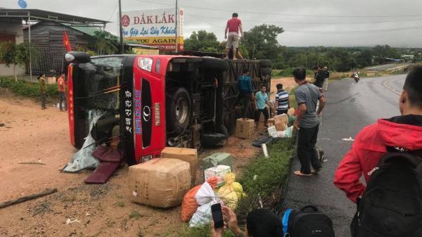 Xe hướng Gia Lai - Đắk Lắk lật  giữa đường Hồ Chí Minh, nhiều hành khách la hét hoảng loạn