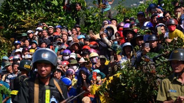 Hàng nghìn người bỏ làm đi xem dựng lại hiện trường vụ giết người
