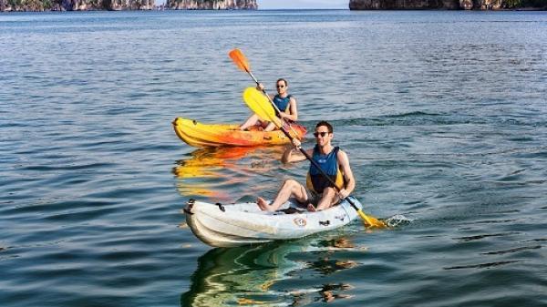 Quảng Ninh dừng dịch vụ chèo kayak trên vịnh Hạ Long