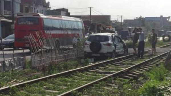 Quảng Ninh: Tài xế ô tô đâm trúng đoàn tàu đang chạy