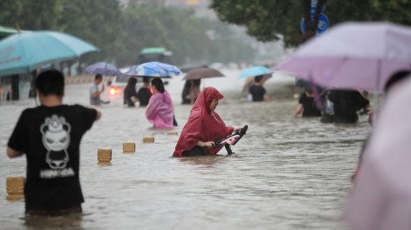 """Tin mới nhất về thiệt hại người và của trong trận lũ lụt """"nghìn năm có một"""" ở Trung Quốc"""