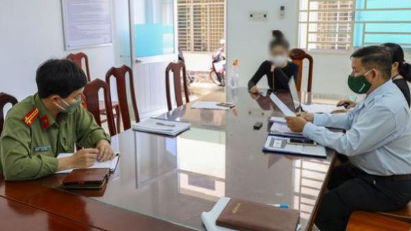 Cô gái khoe được tiêm vắc xin Pfizer 'nhờ ba chồng quyền lực' để 'lòe' bạn bè