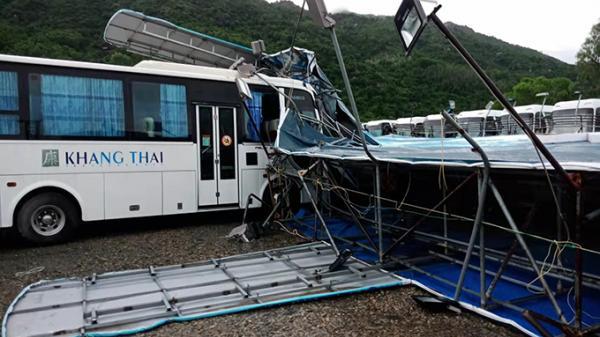 Khánh Hòa: Bảng quảng cáo gãy đổ làm hỏng xe chở khách du lịch