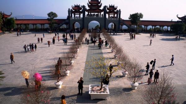 Đầu năm tới giếng thần xin lộc ở ngôi chùa có chính điện lớn nhất Việt Nam trong lòng đất Mỏ