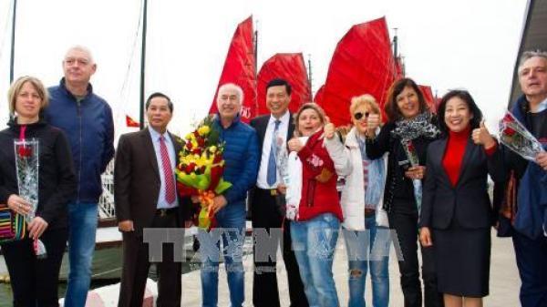 Đón tiếp nồng nhiệt những vị khách quốc tế đầu tiên tham quan vịnh Hạ Long trong năm mới