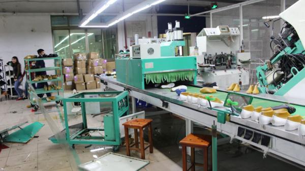 Quảng Ninh: Nổ máy hấp giày, 5 công nhân bị thương