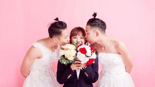 Cười té ghế với ảnh gia đình ở Quảng Ninh: Hai em trai hóa cô dâu, chị gái làm chú rể