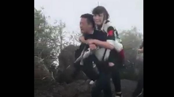 Quảng Ninh: HOT clip thanh niên cõng người yêu lên đỉnh Yên Tử vãn cảnh núi non khiến 500 anh em bội phục