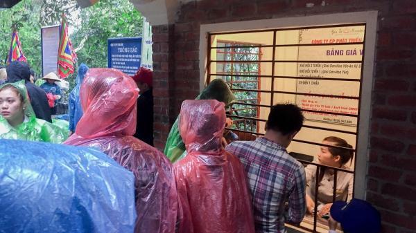 Bất chấp mưa gió, hàng nghìn người kéo đến Yên Tử dịp cuối tuần gây ùn tắc kéo dài