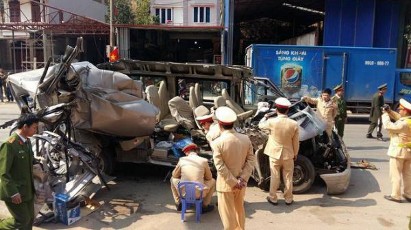 Kinh hoàng xe du lịch va chạm với xe tải, 14 người thương vong