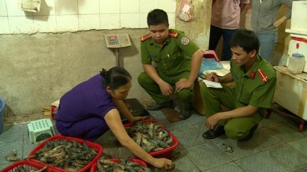 Chủ cơ sở hải sản chỉ đạo nhân viên bơm tạp chất vào tôm