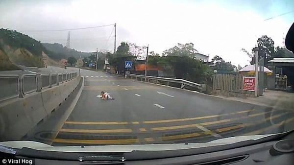 """Video """"em bé bò lổm ngổm trên cao tốc"""" ở Quảng Ninh nổi như cồn trên báo Anh"""