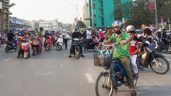 """Hạ Long (Quảng Ninh): """"Điểm nóng"""" trên tuyến đường Trần Hưng Đạo"""