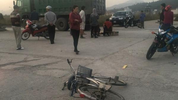 Quảng  Ninh: Chạy ra nhặt đồ rơi, bé trai 11 tuổi bị ô tô tải đâm tử vong