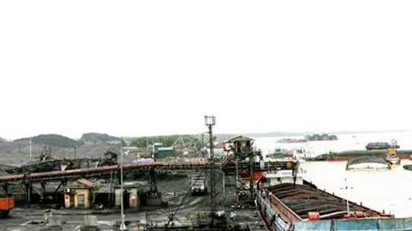 Quảng Ninh: Tạm giữ thuyền trưởng, máy trưởng của Công ty CP vận tải thủy TKV