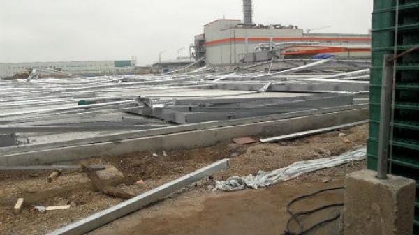 Khu nhà xưởng rộng 5.000m2 đổ sập, nhiều công nhân chạy thoát thân