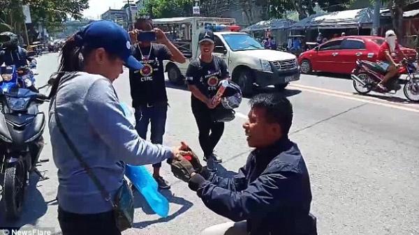 Giả vờ chết sau tai nạn xe máy, người đàn ông bất ngờ đứng dậy cầu hôn bạn gái