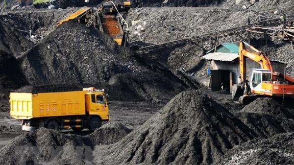 Quảng Ninh: Cẩu cả barie bêtông trên đường cao tốc để buôn lậu than