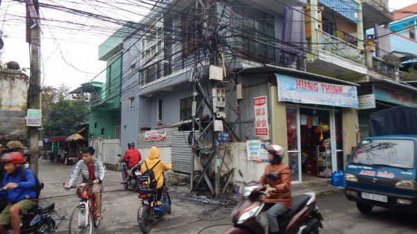 Thừa Thiên Huế: Cột điện bất ngờ bùng cháy dữ dội, người dân hoang mang